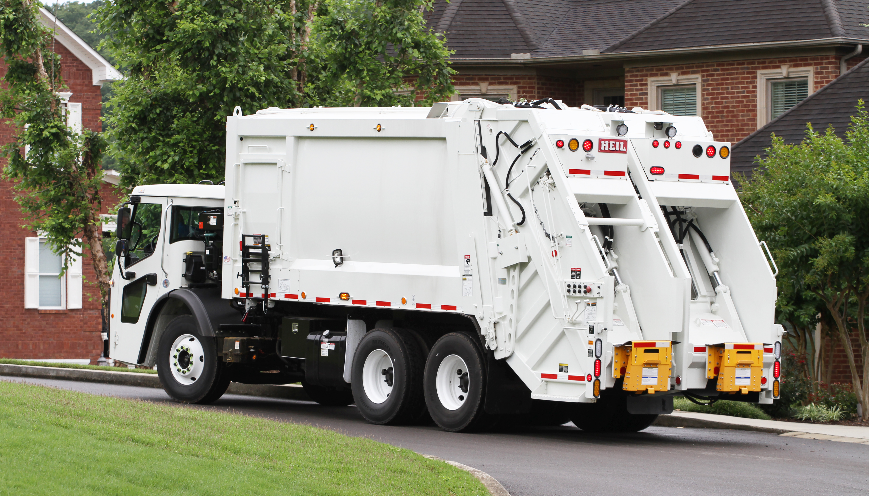 DP4060_split-body-rear-load-garbage-truck.jpg