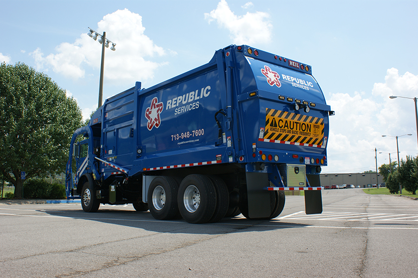 Half/Pack Freedom Front Load Garbage Truck